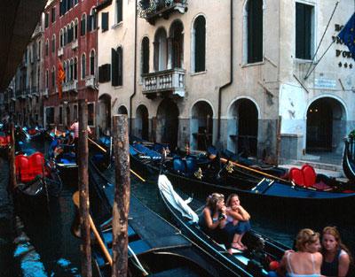 Gondole per i canali di Venezia