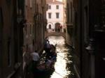 Gondole in manovra in un piccolo canale di Venezia