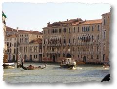 Gondola e vaporetto in Canal Grande a Venezia